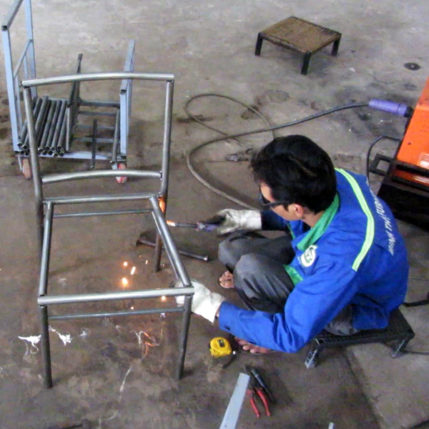Sản xuất khung bàn ghế cafe nhựa giả mây với nguyên liệu sắt mạ kẽm tại xưởng Minh Thy Furniture