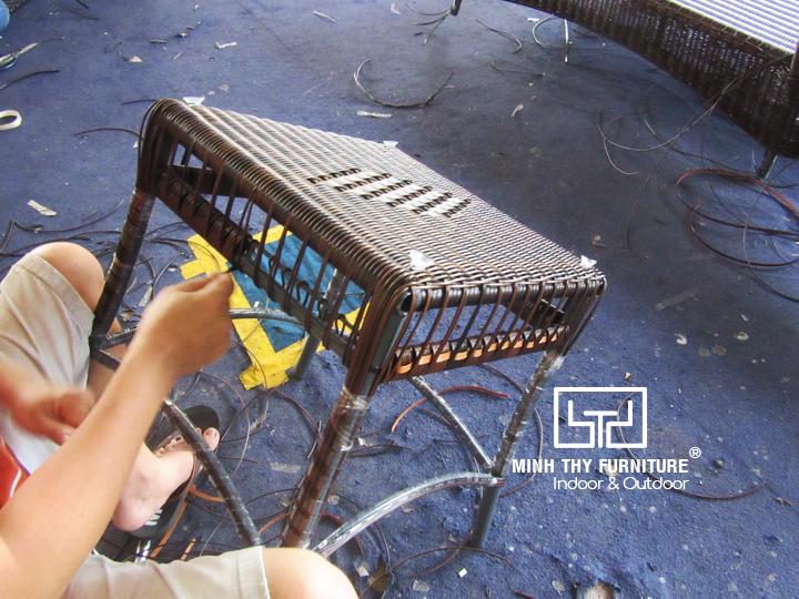Hướng dẫn từng bước cách đan bàn ghế nhựa giả mây hồ bơi