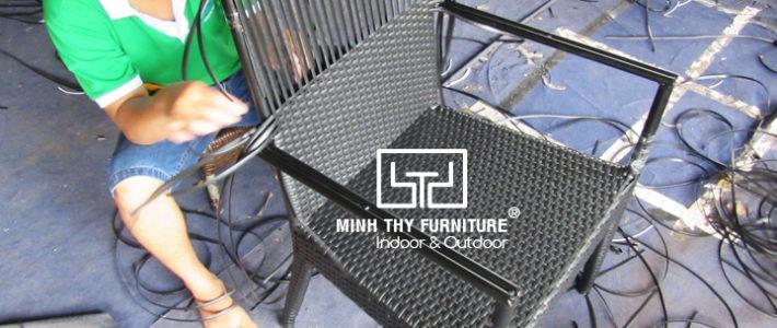 Cận cảnh công việc đan thủ công ghế giả mây sân vườn tại xưởng sản xuất Minh Thy Furniture