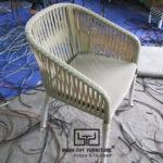 Tìm hiểucách nghệ nhânđan ghế cafe nhựa giả mây tại xưởng Nội thất Minh Thy