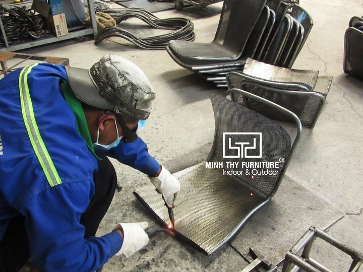 Làm sao để sản xuất ra ghế sắt lưới đẹp mắt?
