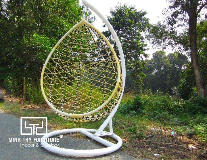 xích đu sân vườn ngoài trời với thiết kế độc đáo tựa lồng chim đem lại sự khác biệt hoàn toàn. Không chỉ phù hợp với thiết kế sân vườn, sản phẩm này còn có thể tận dụng bất kỳ không gian nào trong nhà của bạn.